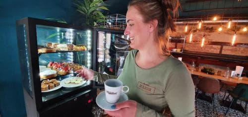 Heerlijk op het terras koffie met een taartje